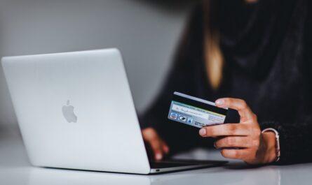 Žena se rozhoduje, jaké internetové platby zvolí.