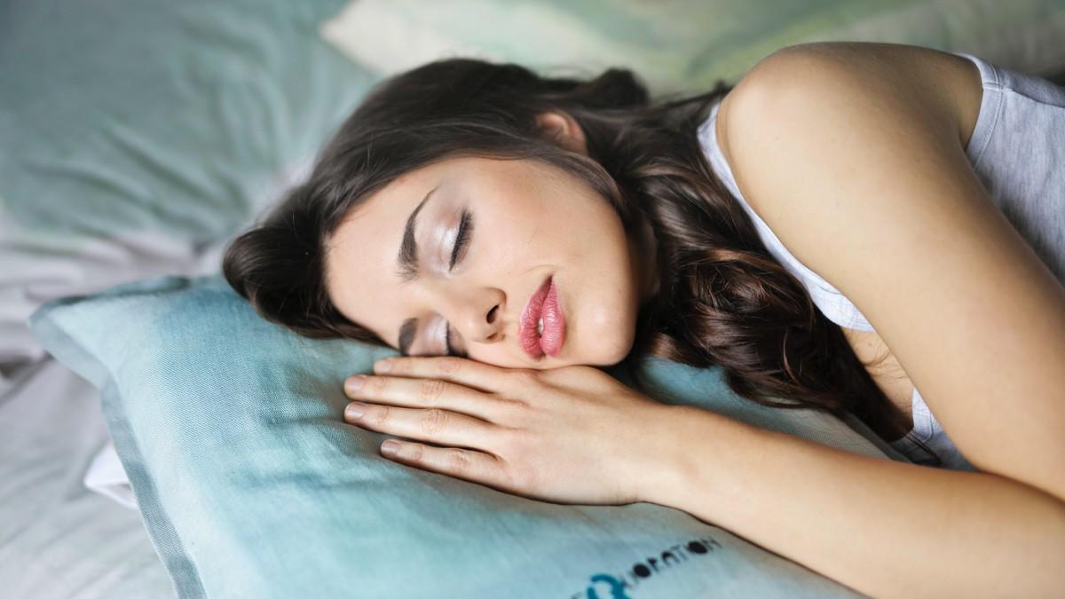 Mladá žena nechce, aby jí trápila nespavost. Proto vypla sociální sítě.