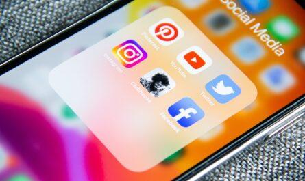 Mobil se spoustou aplikací pro sociální sítě. Tak může vypadat netolismus.