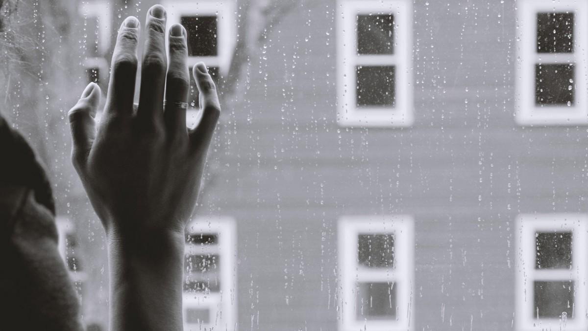 Mladou ženu za oknem trápí osamělost..