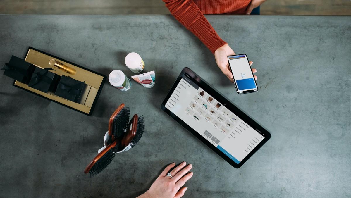 Mobilní telefon a tablet, na kterém probíhá správa peněz.