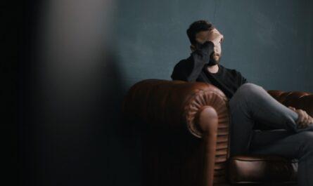 Mladíka sužují úzkosti spojené se sociálními sítěmi.
