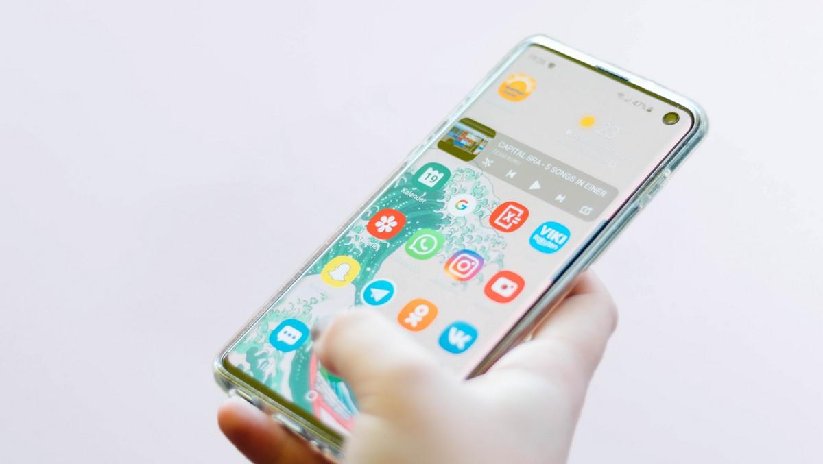 Mobilní telefon, na kterém mimo jiné funguje aplikace Vkontakte.