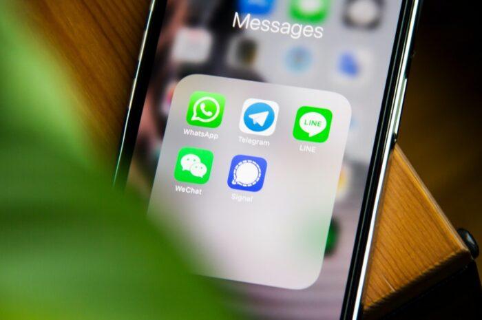 Sociální síť WeChat na mobilním telefonu.