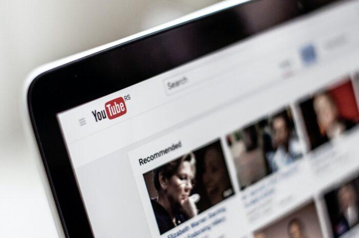 Notebook, na které je spuštěná stránka YouTube.